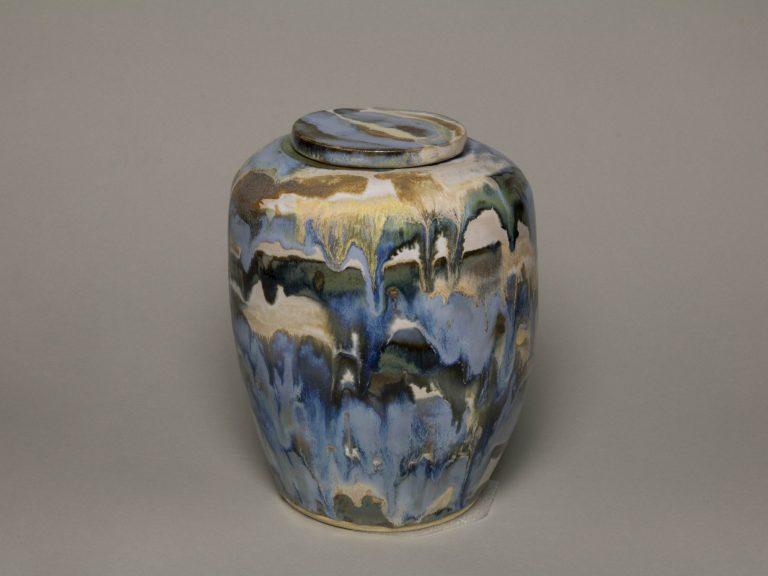 Urna na prochy w kolorach: błękitnych, niebieskich, szarych, piaskowych.