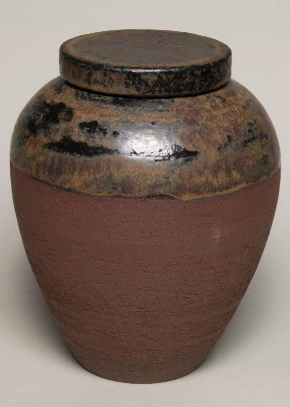 Urna na prochy w kolorach brązowych.