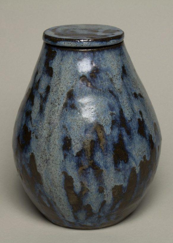Urna na prochy w kolorach szaro niebieskich, z brązowymi plamami.