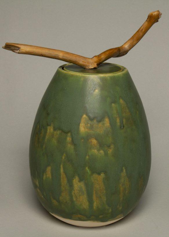 Urna na prochy w kolorze oliwkowo zielonym.