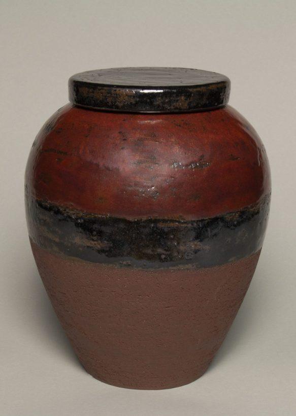Urna na prochy w kolorach brązowych i czerwonych