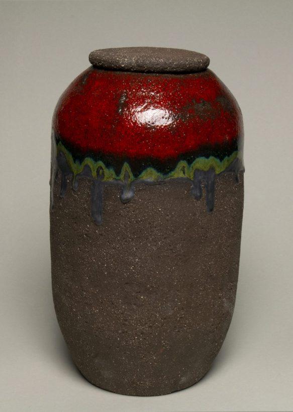 Urna na prochy w kolorach: brazowym, czerwonym, czarnym
