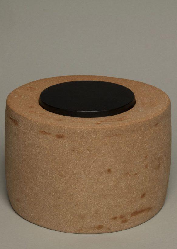 Urna na prochy z szamotowej gliny z drwnianym, czarnym dekielkiem
