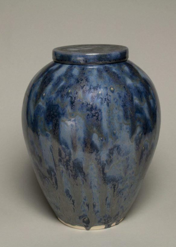 Urna na prochy w kolorze niebiesko srebrzystym.