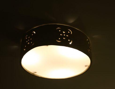 Lampa z jasnej, szamotowej gliny.