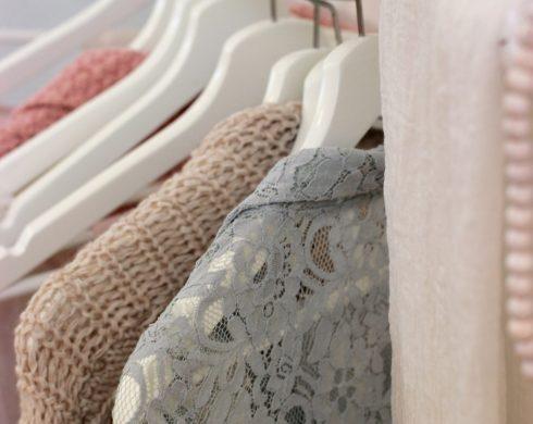 sukienki w szafie. Inspiracje do tworzenia urn na prochy